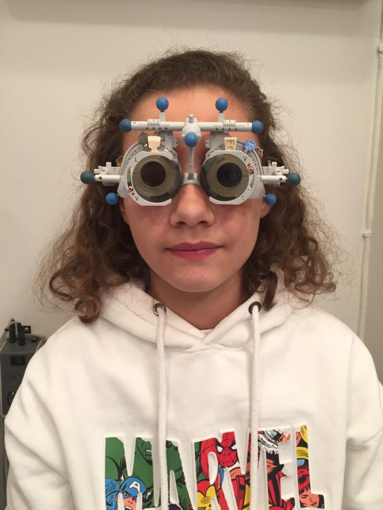Jente som får tilpasset progressive briller
